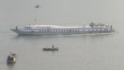 Photo of hydrofoil backing away from Cat Ba dock